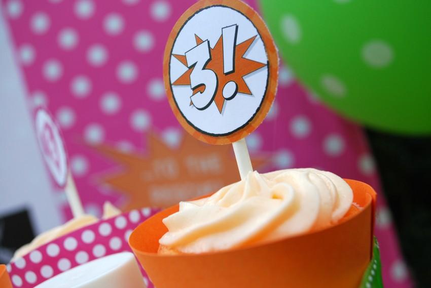 Girl's superhero birthday party -cupcakes