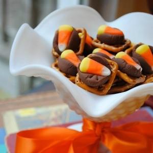 Recipe: Last-Minute Halloween Pretzel Hugs {Hershey Kiss Treats}