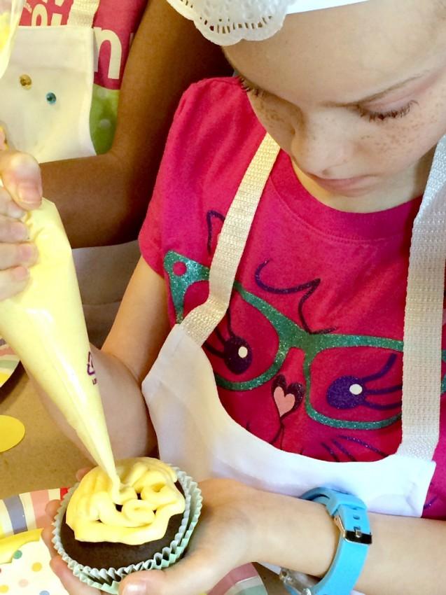 Cupcake_Party_Girls_Decorating